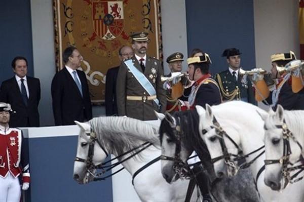 Príncipe Felipe preside el desfile militar por la Fiesta Nacional