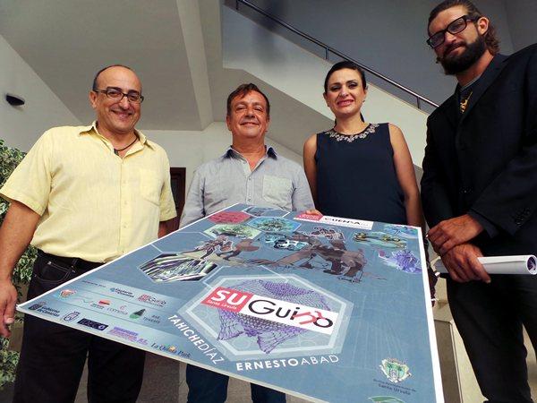 Los responsables del evento sostienen el cartel del acto cultural. / MOISÉS PÉREZ