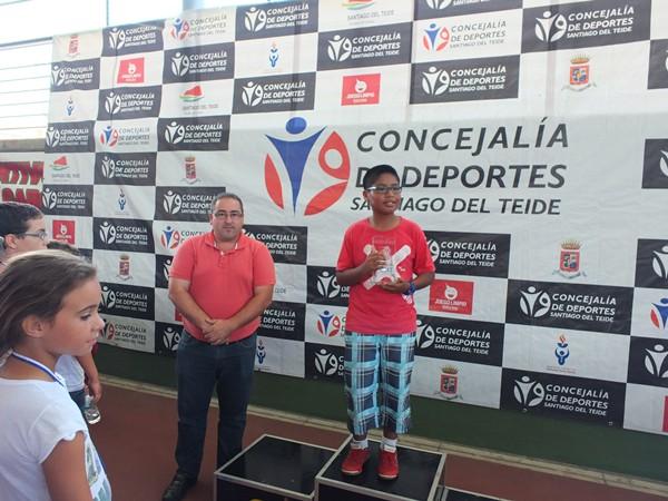 Los mejores en los primeros tableros de sus equipos, Álvarez y Rodríguez, reciben sus trofeos. | DA