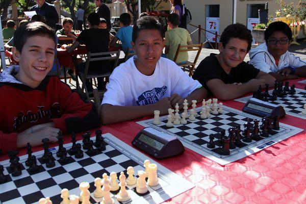 Los pequeños ajedrecistas en acción. | JAVIER GANIVET
