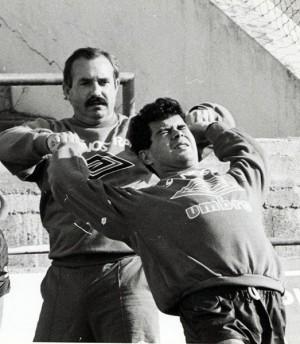 Lorenzo Serra Ferrer ayuda a estirar a Álvaro Cervera. | DIARIO ÚLTIMA HORA