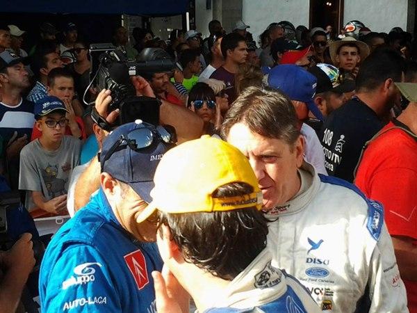 Miguel Fuster, Copi Capdevila y Enrique Cruz intercambian impresiones en el Rally Senderos de La Palma. | DA
