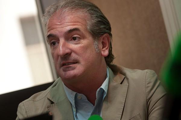 El exconsejero del representativo, ayer en los estudios de Teide Radio. / FRAN PALLERO