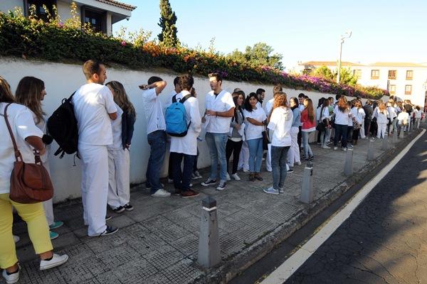 Cerca de 200 alumnos hicieron cola para presentar sus quejas contra el plan de estudios de Enfermería. | J. G.