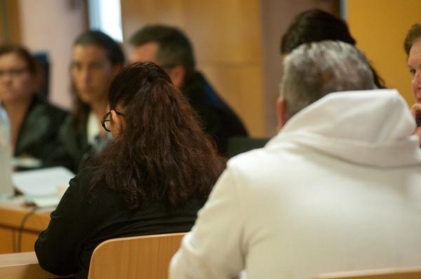 Los dos acusados, de espaldas, frente a la fiscal Francisca Sánchez y a la letrada Beatriz Pérez. | FRAN PALLERO