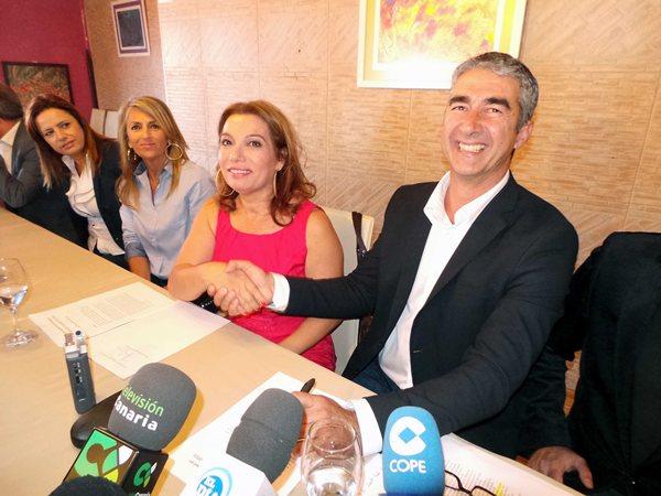 Teresa Barroso y Rodolfo León sellaron ayer el acuerdo mediante el cual formarán gobierno. / MOISÉS PÉREZ