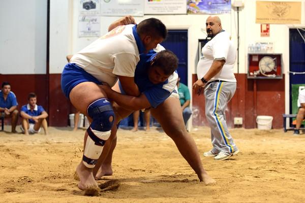 Manuel Saavedra presentó en el Cuartel de la Guardia Civil una denuncia por los desperfectos que sufrió su coche en Cabo Blanco. / SERGIO MÉNDEZ