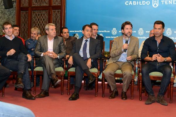 El encuentro tuvo lugar en la tarde de ayer en el Salón Noble del cabildo tinerfeño. | SERGIO MÉNDEZ