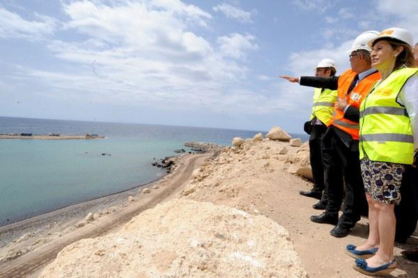 La ministra, en una visita a las obras del puerto de Granadilla. | J. GANIVET