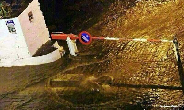 Una alcantarilla el muelle del Puerto desbordada. | DA