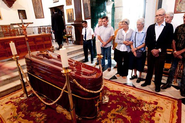La capilla ardiente del padre Mendoza se instaló ayer en el convento de los Dominicos de Candelaria. / F.PALLERO