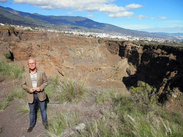 Rafael Yanes, ante uno de los siete hoyos del barranco de Badajoz. / DA