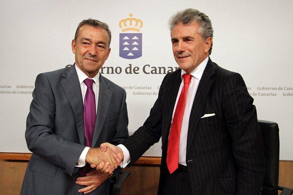Paulino Rivero y Enrique Candelas, tras la firma del acuerdo, ayer en Presidencia del Gobierno. / DA