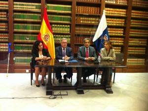 Rueda de prensa de los representantes del Cabildo de Gran Canaria, ayer en el Parlamento. | DA