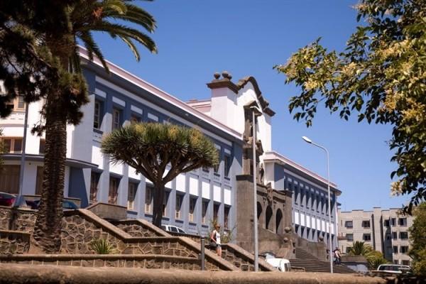 La institución académica tendrá que aportar fondos propios para pagar 800.000 euros a los funcionarios. / EMETERIO SUÁREZ