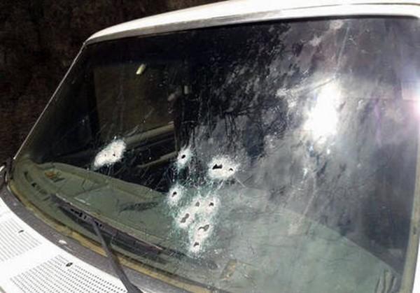 El parabrisas de la furgoneta de Martín (en el recuadro) muestra con claridad lo violento del ataque. / EL UNIVERSAL