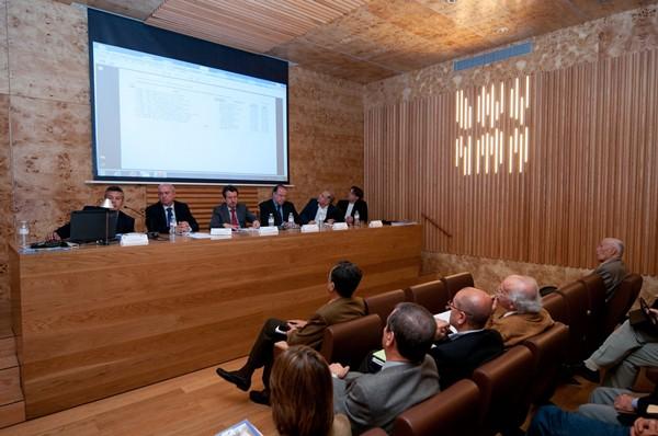 Una de las mesas redondas ayer en la Jornada sobre la Evaluación del Riesgo por Inundación. / FRAN PALLERO