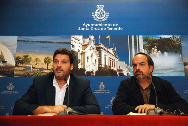 José Ángel Martín y Fermín García, ayer, durante el análisis del Plan Especial del Puerto. | DA