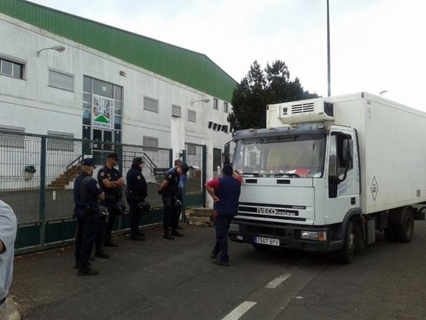 Agentes del Cuerpo Nacional de Policía en el Matadero Insular mientras un camión de reparto espera que abran sus puertas. | S.M.