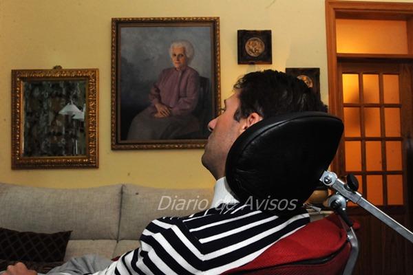 Néstor en el salón de su casa, en La Laguna.   JAVIER GANIVET