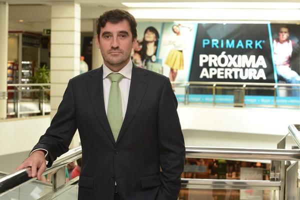 Pedro Estelles posa frente al cartel anunciador de Primark, la próxima tienda en abrir en el centro. | S. MÉNDEZ