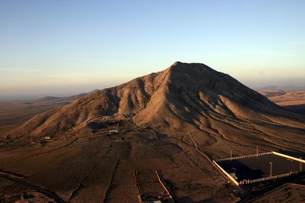 La montaña de Tindaya (La Oliva) alberga unos trescientos grabados rupestres. / DA