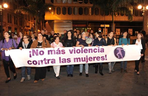 Numerosos colectivos sociales volverán a salir a la calle para decir basta a la violencia de género. / DA