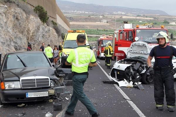 Guardias civiles de tráfico auxilian en un accidente acaecido en Guía de Isora el pasado agosto. / DA