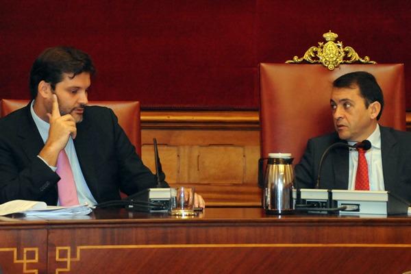 José Ángel Martín y el alcalde del municipio, José Manuel Bermúdez,  ayer en el pleno.   JAVIER GANIVET