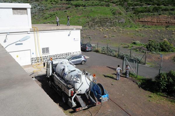 Operarios de Emmasa supervisan las instalaciones del depósito de Los Campitos. | JAVIER GANIVET