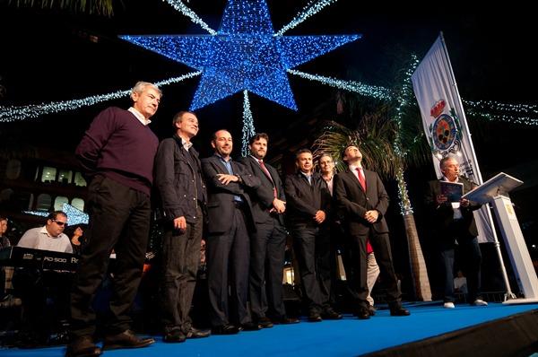 El alcalde, José Manuel Bermúdez, fue el encargado de llevar a cabo el encendido del alumbrado principal. | F. P.