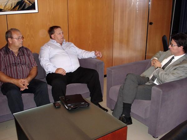 Los representantes de las asociaciones de grúas junto al viceconsejero Herrera, ayer en Santa Cruz. / DA