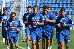 Los futbolistas que fueron titulares ante el Jaén se ejercitaron ayer en el estadio a menor ritmo que sus otros compañeros. | SERGIO MÉNDEZ