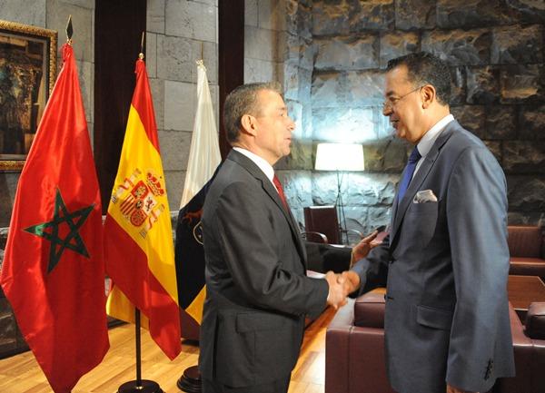 El presidente Paulino Rivero saluda al ministro de Turismo de Marruecos, Lahcen Haddad.   DA