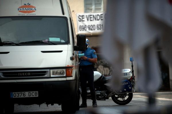 En Tenerife, la media diaria de multas por aparcar mal fue de 113. / FRAN PALLERO