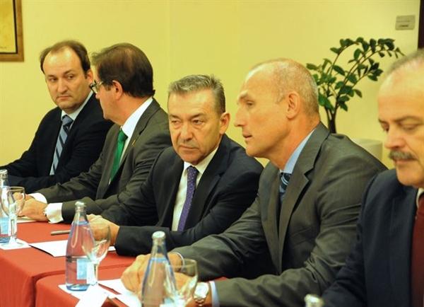 Paulino Rivero durante su reunión con la patronal de hoteleros y alcaldes del sur de Tenerife. | DA