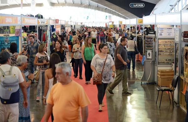 Cientos de personas se acercaron hoy al Recinto Ferial. | SERGIO MÉNDEZ
