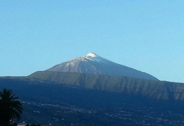 Los primeros copos de nieve se dejaron ver ayer en el Teide.   L. F. F.