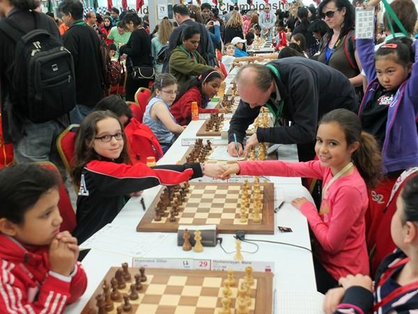 Adhara Rodríguez, a la derecha, saluda a su oponente, ayer en los Emiratos Árabes Unidos. | JOSÉ LUIS FERNÁNDEZ