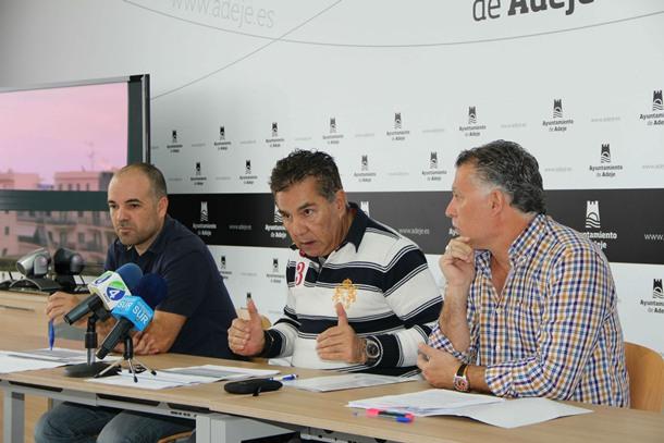 El alcalde de Adeje José Miguel Rodríguez Fraga acompañado del concejal de Hacienda, Epifanio Díaz