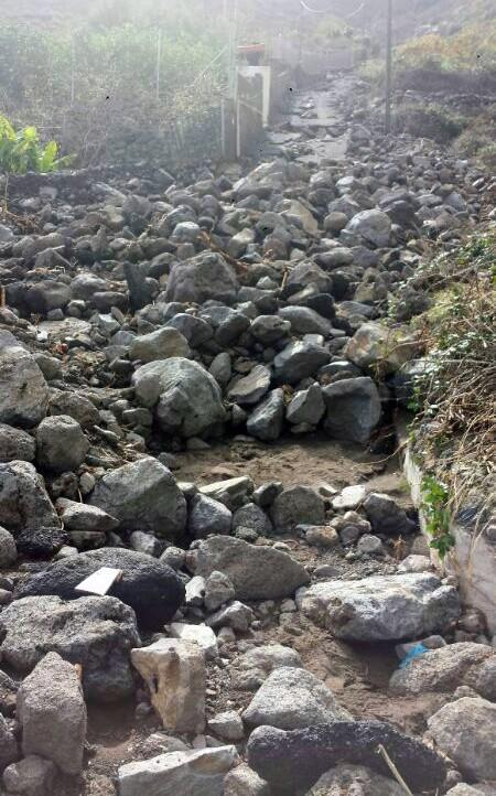 Avalancha de piedras en una vía del barranco de Badajoz. / V. G.
