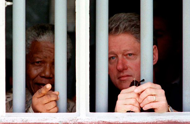 Durante una reunión con Bill Clinton en 1998, dentro de la antigua celda de Mandela. / REUTERS