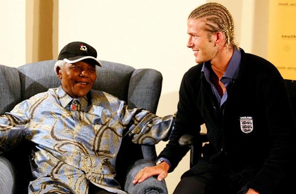 Con el futbolista David Beckham en 2003. / REUTERS