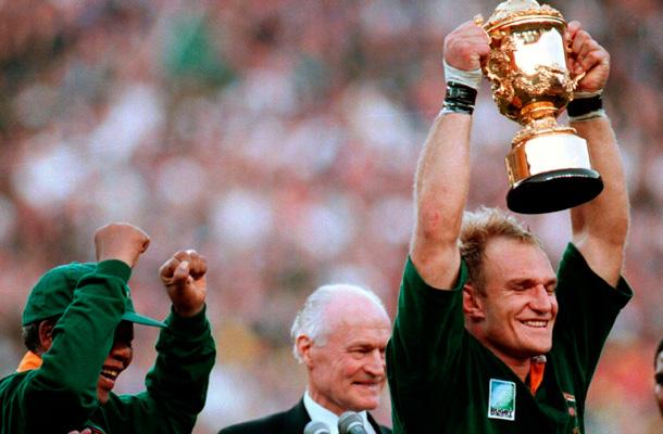 El histórico momente en el que la selección de rugby de Sudáfrica ganó el Mundial en 1995. Mandela celebra junto al capitán del equipo, Francois Pienaar. / REUTERS