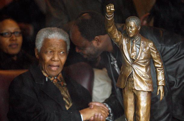 Mandela tras la estatua situada en la prisión Groot Drakenstein en 2008. / REUTERS
