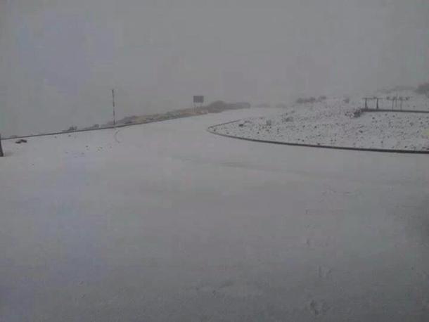 Acumulación de nieve en Izaña. | TWITTER @Gmyeray