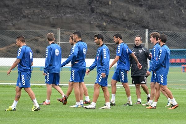El preparador local, rodeado por sus futbolistas durante un entrenamiento en El Mundialito. | SERGIO MÉNDEZ