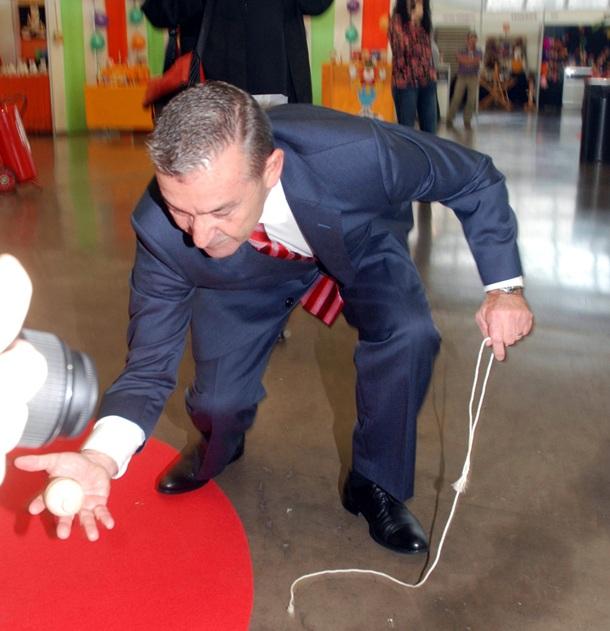 Paulino Rivero juguetea con un trompo
