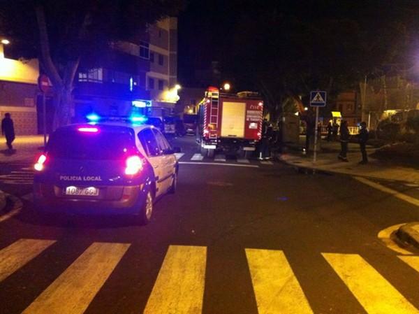 Policías locales y bomberos en el lugar. / DA