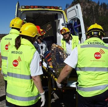 Equipos del SUC proceden al traslado de un herido en ambulancia.jpg